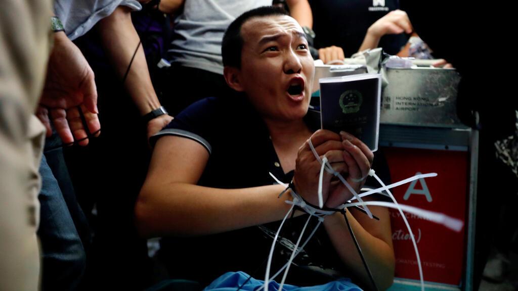 Fu Guohao, reportero del sitio web de los medios de comunicación chinos Global Times, estuvo atado por manifestantes en el aeropuerto internacional de Hong Kong, el 13 de agosto de 2019.