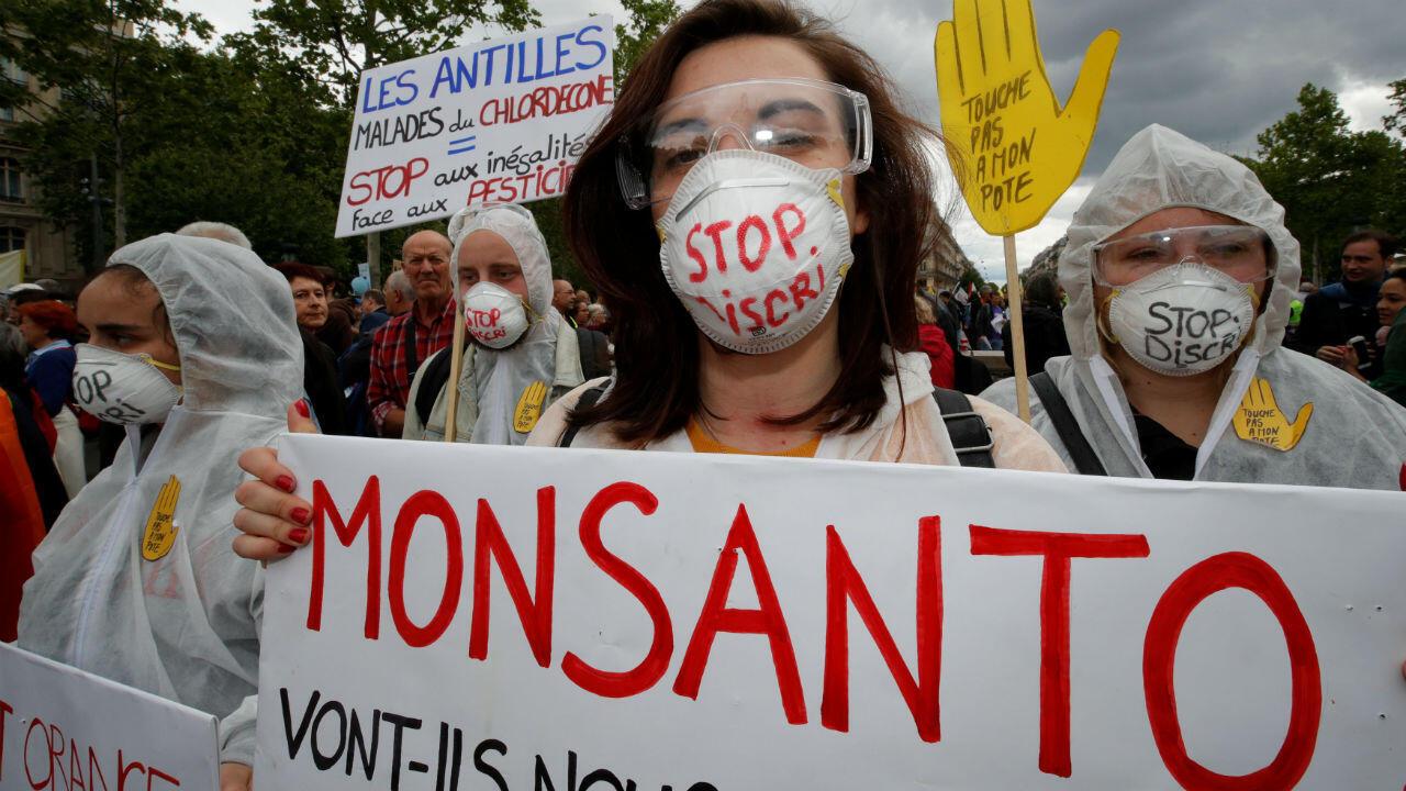Decenas de manifestantes protestaron contra Monsanto en las calles de París, Francia, el 18 de mayo de 2019.