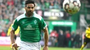 Peruvian striker Claudio Pizarro will play another year at Werder Bremen