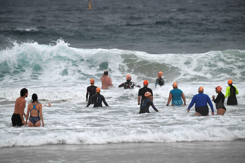 Des habitants de Sydney se baignent à Bondi Beach, à Sydney, à l'issue de quatre mois de confinement strict, le 11 octobre 2021 en Australie