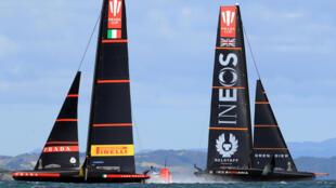 Les voiliers Luna Rossa Prada Pirelli (g) et Ineos Team UK (d) s'affrontent lors de la Prada Cup, le 23 janvier 2021 à Auckland