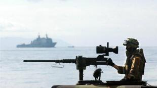 """Los marines españoles de la Fuerza de Respuesta de la OTAN durante el Ejercicio """"Maritime Commitment 04"""" en la Sierra del Retín, sur de España, el 29 de febrero de 2004."""