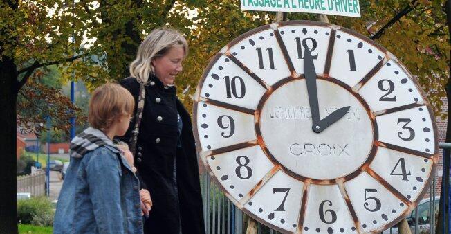ساعة في إحدى الساحات العامة بلدة غودفالسفيد في شمال فرنسا، 2010