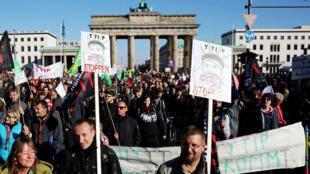 Des manifestants opposés au projet d'accord TTIP à Berlin, le 10 octobre 2015.