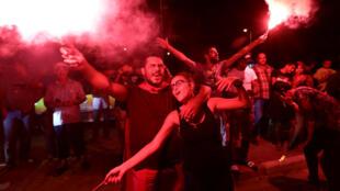 Los partidarios del candidato presidencial detenido y magnate de los medios de comunicación tunecinos, Nabil Karoui, reaccionan tras los resultados no oficiales de las elecciones presidenciales tunecinas en Túnez, Túnez, el 15 de septiembre de 2019.