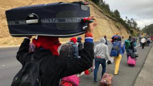 Cientos de venezolanos recorrieron largos trayectos por carreteras de países andinos tras salir de su país hacia diversos países de américa.