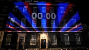 Un reloj de cuenta regresiva se ilumina en Downing Street en Londres, Gran Bretaña, el 31 de enero de 2020.