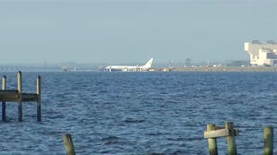 Imagen del avión, en las cercanías de la base militar de Jacksonville.