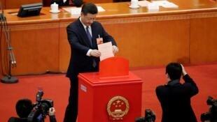El presidente chino, Xi Jinping, entrega su voto en la tercera sesión plenaria de la Asamblea Popular Nacional (APN) en el Gran Palacio del Pueblo de Pekín.
