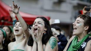 Des activistes portant des foulards verts manifestent pour marquer la reprise de leur campagne de légalisation de l'avortement, à Buenos Aires, le 28 mai 2019.