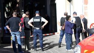 L'agression a eu lieu dans une petite rue longeant la mairie, une voie qui a très vite été fermée par la police.