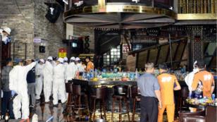 Bomberos y policías de Gwangju revisan el club nocturno en el que ocurrió el colapso el 27 de julio de 2019.