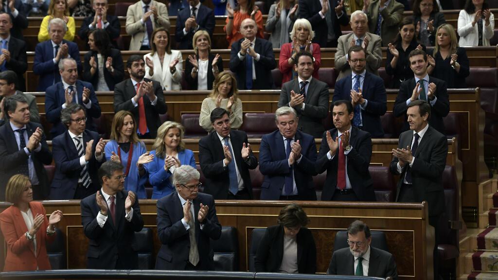 Los miembros del Partido Popular aplauden al presidente español Mariano Rajoy (parte inferior derecha) durante el debate sobre una moción de censura presentada en su contra por el PSOE en el Congreso. Madrid, el 31 de mayo de 2018.