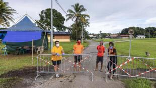 Des habitants bloquent l'accès au village de Sainte Rose de Lima, le 21 avril 2020, près de Cayenne, en Guyane, en raison de l'apparition de cas de Covid-19 dans un village à proximité.