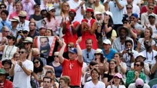 Espectadores aplauden en el torneo de tenis de Wimbledon, Londres, Reino Unido, el 10 de julio de 2019.