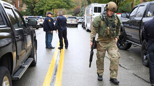 Un oficial del equipo de Armas y Tácticas Especiales (SWAT) vigila en los alrededores de la sinagoga de Squirrel Hill, en Pittsburgh, Pensilvania, Estados Unidos, el 27 de octubre de 2018.