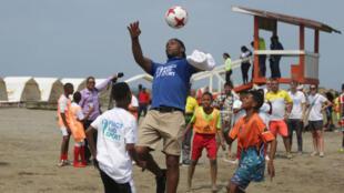 El futbolista africano Didier Drogba compartió con niños en Cartagena, en el norte de Colombia, y jugó con ellos fútbol en las playas de la Costa Caribe.