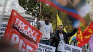 Des manifestants pro-kurdes réunis place de la République, samedi 11 octobre, à Paris.