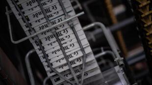 مطبعة مجموعة ريكوبونو قرب باريس أثناء طباعة صحيفة لوموند الفرنسية في 4 آب/أغسطس 2020