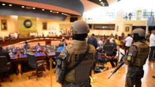 Miembros de las Fuerzas Armadas salvadoreñas ingresan a la Asamblea Legislativa durante una protesta fuera del Congreso en San Salvador, el 9 de febrero de 2020