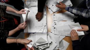 Los miembros de una comisión electoral cuentan las boletas de votación durante las elecciones generales de España en un colegio electoral en Madrid, España , 10 de noviembre de 2019.