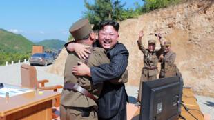 Le dirigeant nord-coréen Kim Jung-un célèbre le lancement réussi du missile Haewong-14.