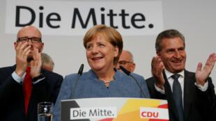La canciller alemana y líder del partido CDU, Angela Merkel, habla a sus seguidores en Berlín luego de que los resultados a boca de urna la dieran como ganadora de las elecciones generales, el 24 de septiembre de 2017.