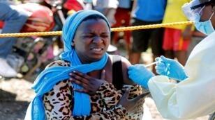 امرأة تُحقن بلقاح الإيبولا، في غوما، جمهورية الكونغو الديمقراطية، 5 أغسطس/آب 2019.