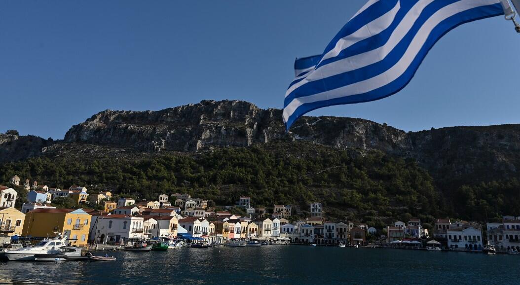 Archivo-Vista de la pequeña isla griega de Kastellorizo con una bandera griega, a dos kilómetros de la parte continental de Turquía, el 28 de agosto de 2020.
