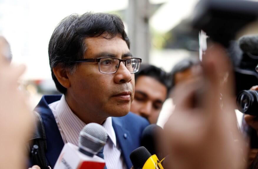 El fiscal peruano Germán Juárez Atoche entrega información a periodistas luego de que el exejecutivo de Odebrecht, Jorge Barata, diera su testimonio en Curitiba.