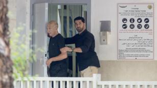 Ehoud Olmert est sorti par une porte arrière de la prison de Maasiyahu, à Ramla, ou il était détenu.