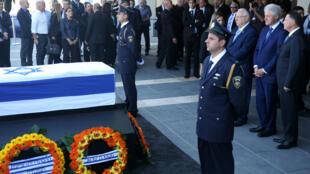 L'ancien président américain Bill Clinton s'est recueilli jeudi 29 septembre devant le cercueil de Shimon Peres avec le président israélien Reuven Rivlin (à gauche) et le président de la Knesset, Yuli-Yoel Edelstein (à droite).