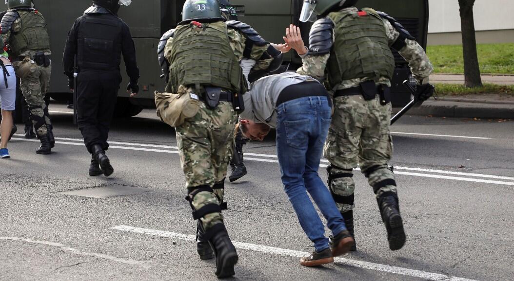 Las fuerzas de seguridad detuvieron a al menos 250 personas en las protestas antigubernamentales, en Minsk, Belarús, el 13 de septiembre de 2020.