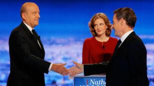 Poignée de main entre Alain Juppé (g) et Nicolas Sarkozy, lors du débat télévisé de la primaire, le 13 octobre 2016.