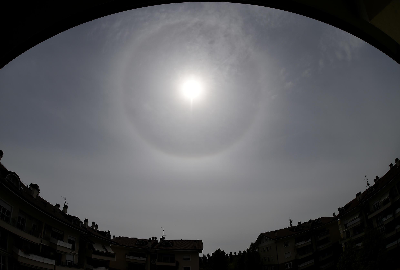ضوء الشمس الساطع في سماء ميلانو، إيطاليا ، 16 أبريل/ نيسان 2020.