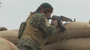 Des combattants des Forces démocratiques syriennes combattent l'EI à Jemma, un village proche de Deir-Ezzor en Syrie, le 19 novembre 2017.