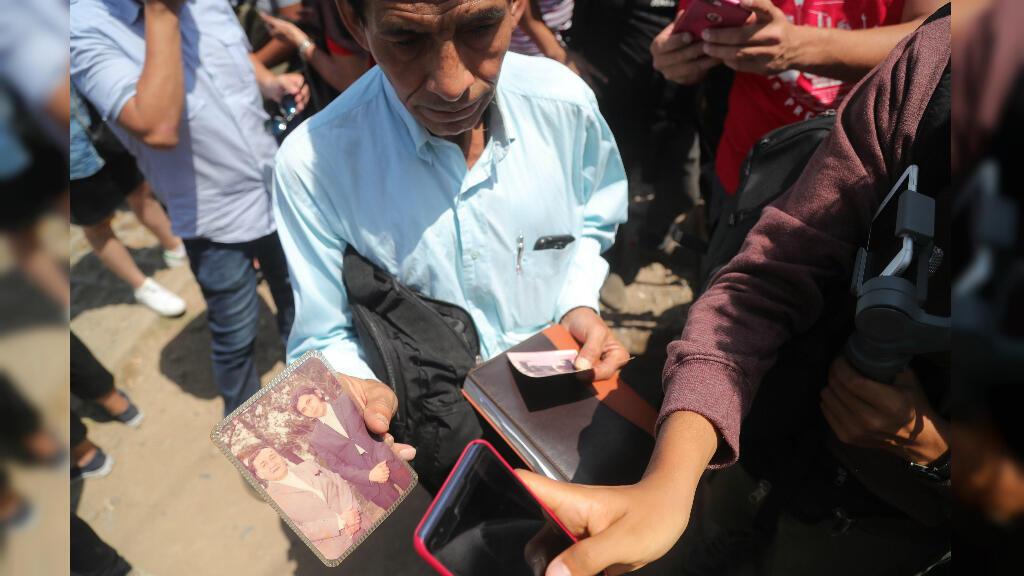 Un simpatizante de Alan García muestra una foto donde aparece el expresidente con el fundador del partido aprista Víctor Raúl Haya de la Torre, a las afueras del hospital Casimiro Ulloa, en Lima, Perú, el 17 de abril de 2019.