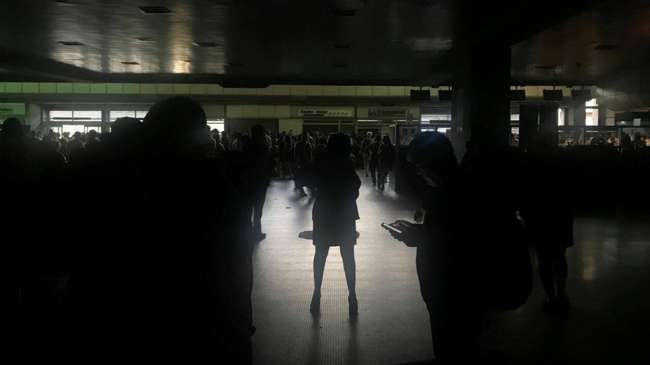 Pasajeros varados durante un apagón en el aeropuerto internacional Simón Bolívar en Caracas, Venezuela, 25 de marzo de 2019.