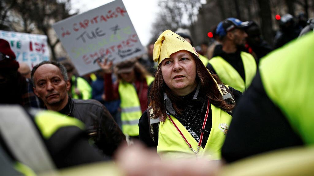"""Manifestantes vistiendo chalecos amarillos son vistos durante una protesta del movimiento """"chalecos amarillos"""" en París, Francia, el 2 de marzo de 2019."""