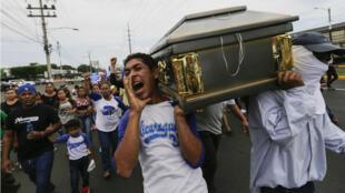 Dimanche 16 juillet, des étudiants portent le cercueil d'un camarade tué lors d'affrontements avec les forces de l'ordre à Managua, à l'ouest du pays.