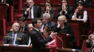 Manuel Valls s'exprimant lors des questions au gouvernement, mercredi 10 février.