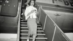 الأميرة أشرف بهلوي تصل إلى فرنسا في خمسينيات القرن الماضي