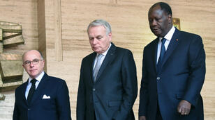Le président ivoirien, Alassane Ouattara et les ministres français Jean-Marc Ayrault et Bernard Cazeneuve.