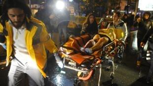عمليات نقل المصابين في الهجوم على ملهى ليلي في إسطنبول ليلة رأس السنة