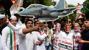 Des manifestants du Parti du Congrès protestent, le 30 août 2018 à New Delhi, contre le contrat passé par l'Inde pour l'achat de 36Rafale.