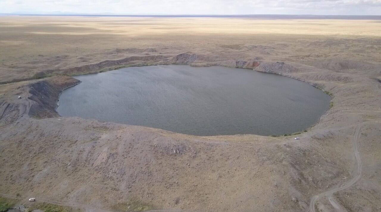 """Un """"lac atomique"""" près de Semeï, formé à la suite d'une explosion nucléaire souterraine en 1965."""