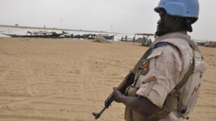 Un soldat de maintien de la paix de l'ONU patrouille à Tombouctou, le 12 mai 2015.