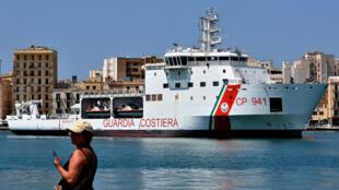 Le navire Diciotti arrive dans le port de Trapani, le 12 juillet 2018.