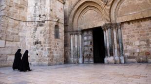 راهبات متوجهات إلى كنيسة القيامة في البلدة القديمة في القدس الشرقية المحتلة في 18 تشرين الأول/أكتوبر 2020
