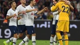 Les joueurs de Tottenham félicitent leur gardien de but argentin Paulo Gazzaniga après la séance des tirs au but contre le Bayern en amical, le 31 juillet 2019 à Munich